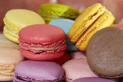 Macarons français colorés délicieux Images libres de droits