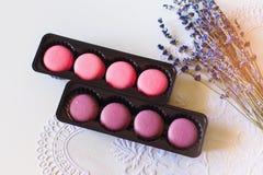 Macarons français colorés dans des boîtes Vue supérieure Photographie stock libre de droits