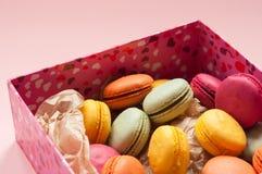Macarons français colorés sur le fond rose Image stock