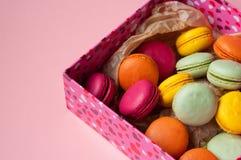 Macarons français colorés sur le fond rose Photos libres de droits