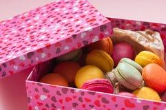 Macarons français colorés sur le fond rose Photographie stock