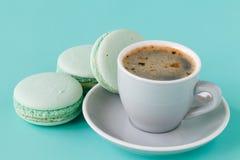 Macarons français dans la tasse sur le fond bleu vert Image modifiée la tonalité images stock