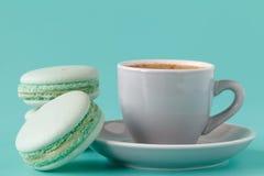 Macarons français dans la tasse sur le fond bleu vert Image modifiée la tonalité images libres de droits