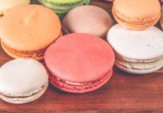 Macarons français dans la tasse sur le fond en bois Image modifiée la tonalité images stock