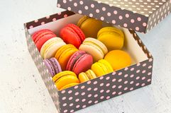 Macarons français dans le boîte-cadeau coloré Photographie stock