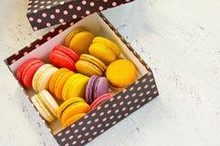Macarons français dans le boîte-cadeau coloré Images stock