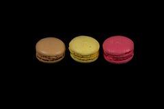 Macarons français de bonbon et de colorfull sur le fond noir Photo libre de droits