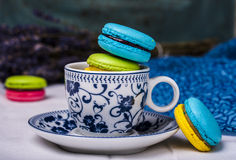 Macarons français doux et colorés Photo stock