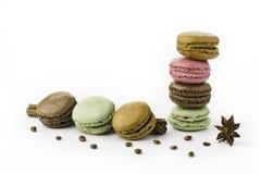 Macarons français doux et colorés se tenant sur un bâton de cannelle Photos stock