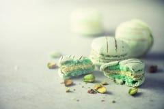 Macarons français en bon état verts avec des pistaches Macarons de couleurs en pastel, l'espace de copie Vacances et concept de c Image libre de droits