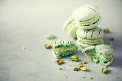 Macarons français en bon état verts avec des pistaches Macarons de couleurs en pastel, l'espace de copie Vacances et concept de c Photo stock