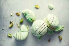 Macarons français en bon état verts avec des pistaches Macarons de couleurs en pastel, l'espace de copie Vacances et concept de c Photos stock