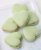 Macarons français en forme de coeur Images stock