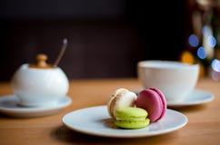 Macarons français sur la table en bois photos libres de droits