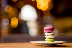 Macarons français sur le fond de bokeh photos libres de droits