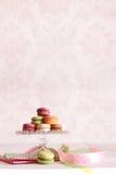 Macarons français sur le plateau de dessert Photos stock