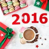 Macarons franceses coloridos en la Navidad Imagen de archivo