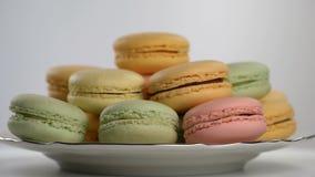Macarons franceses coloridos, postre gastrónomo almacen de metraje de vídeo