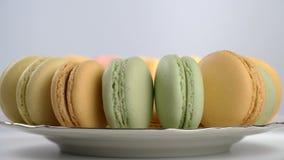Macarons franceses coloridos, postre gastrónomo metrajes