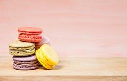 Macarons franceses en la tabla Foto de archivo