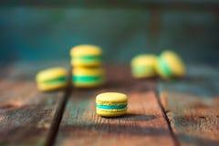 Macarons francesi su fondo di legno Fotografia Stock