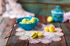 Macarons francesi su fondo di legno Immagine Stock