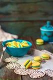 Macarons francesi su fondo di legno Immagini Stock