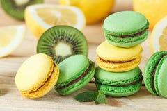 Macarons Francesi Verdi E Gialli Con Le Decorazioni Del Kiwi Del