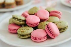 Macarons freschi sul piatto bianco Fotografia Stock Libera da Diritti
