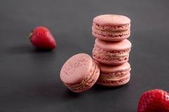 Macarons hög och jordgubbar royaltyfri fotografi