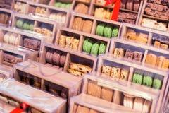 Macarons i askar Arkivbilder