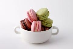 Macarons i den vita koppen Fotografering för Bildbyråer