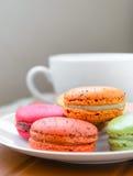 Macarons i den vita plattan Fotografering för Bildbyråer