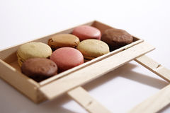Macarons i en ask Arkivfoto