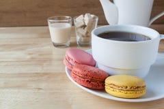 Macarons i filiżanka angielska herbata obrazy royalty free