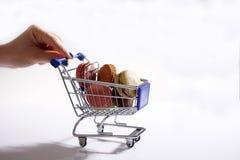 Macarons i shoppingvagn Fotografering för Bildbyråer