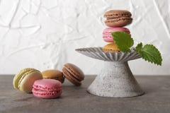 macarons im grauen Weinlesevase mit Minze stockfotografie