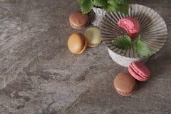 macarons im grauen Weinlesevase mit Minze lizenzfreie stockfotografie