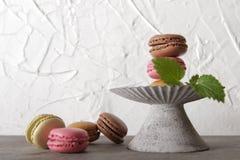 macarons im grauen Weinlesevase mit Minze lizenzfreie stockfotos