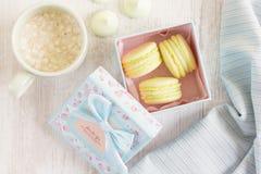 Macarons jaunes dans le boîte-cadeau Pastel coloré Image libre de droits
