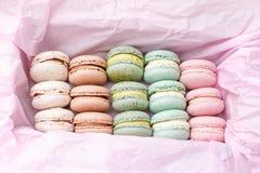 Macarons kaka, lekmanna- lägenhet för bästa sikt, makron på rosa bakgrund Royaltyfri Fotografi