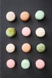 Macarons kaka, lekmanna- lägenhet för bästa sikt, modellmakron på svart bakgrund Royaltyfria Bilder