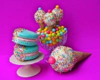 Macarons & kakakottar royaltyfria bilder