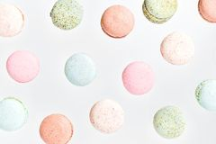 Macarons lekmanna- lägenhet för bästa sikt, klipsk fallande makron Arkivfoto