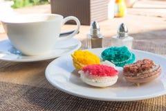 Macarons más coloridos Imágenes de archivo libres de regalías