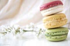 Macarons met witte bloemen Royalty-vrije Stock Afbeeldingen