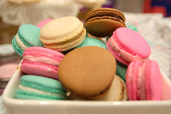 Macarons multicolores de plat Photo libre de droits