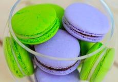 Macarons-Nahaufnahme in der Glasschüssel Stockfotos