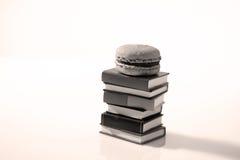 Macarons och böcker Fotografering för Bildbyråer