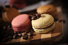 Macarons och kaffebönor Royaltyfri Bild